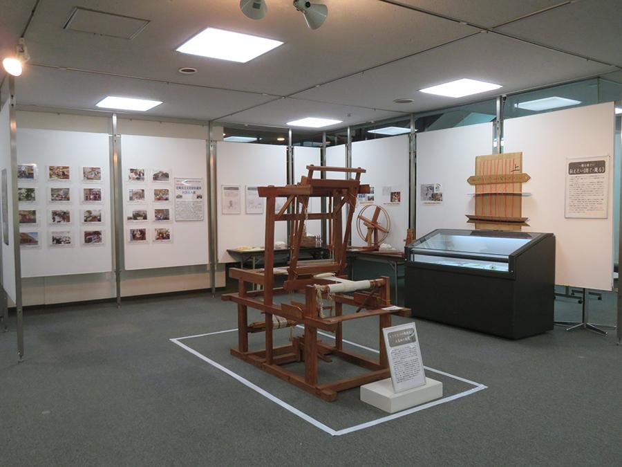 4階で同時開催されている、尼崎市文化財収蔵庫出張企画展「綿を紡ぐ・歴史を紡ぐ」の会場風景