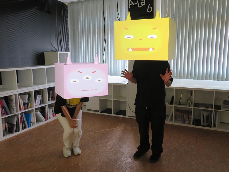 本多大和《Mr.Facebox》2018年 観客が箱の裏に顔を入れると、観客の表情を読んで鬼の表情が変化する