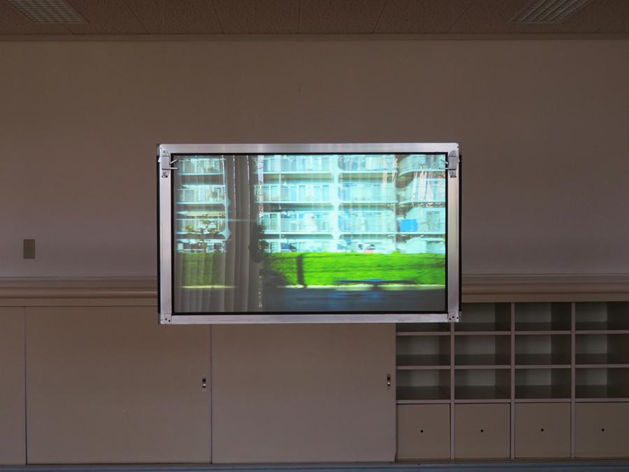 大洲大作《standing》2020年 走る電車から撮影した車窓風景の合間に、作家の友人である美術家15名が姿を現わす。本展の中で唯一、緊急事態宣言下で制作された作品であり、親しい人たちとのもどかしい距離感に現在の世相が表れている