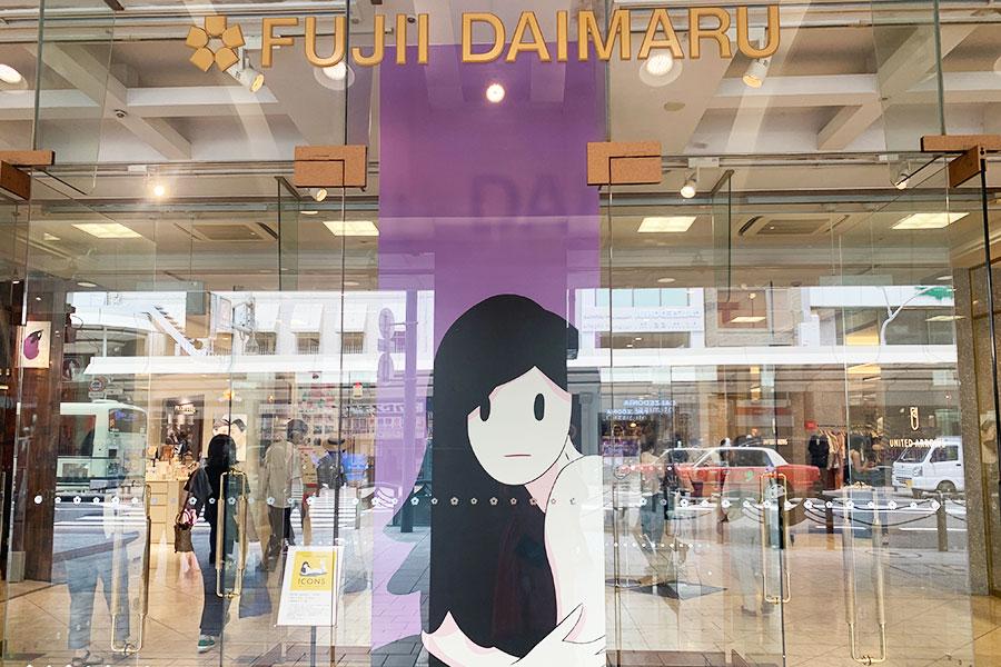 1階エントランスはAMANO氏の作品を元にしたラッピングに。背景が藤井大丸のイメージカラーである藤色になったスペシャルバージョン