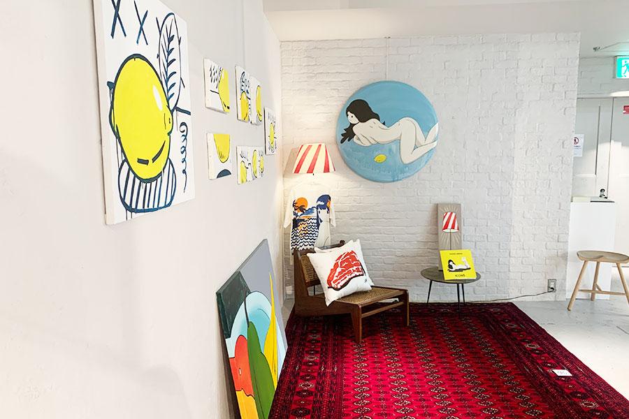 会場を部屋に仕立て、家具や静物などをモチーフにした作品を中心に展示