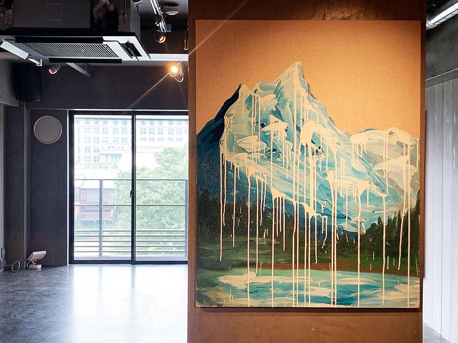 窓の外には鴨川が望めるロケーション。山を描いた作品を展示し、京都の街の景色の一体感を楽しめるしかけに
