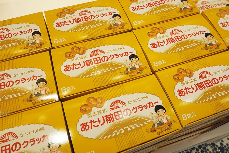 ANA FESTA×前田製菓の「あたり前田のクラッカー 空港限定カレー味」(8袋入り680円)