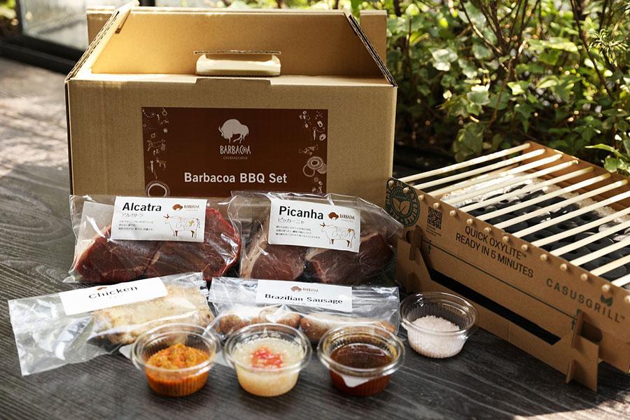 肉4種(ピッカーニャ150g×2枚・アルカトラ150g×2枚・チキン200g×1枚・ソーセージ2本)、モーリョ2種類 (野菜モーリョ・醤油モーリョ)、ピメンタ (自家製スパイシーソース)、岩塩がセットに