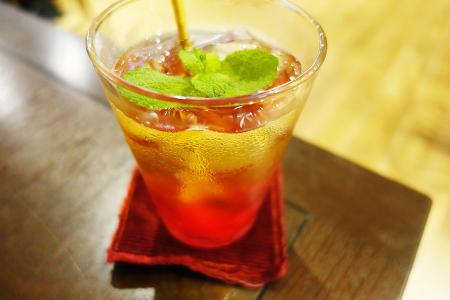 季節のフルーツを使った季節のフルーツティーソーダ。写真はスモモを使用し、甘い果肉が楽しめる