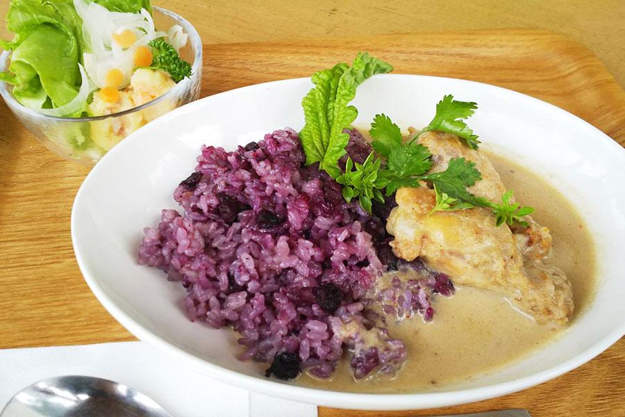 紫色のご飯が印象的な「ブルーベリーカレー」950円