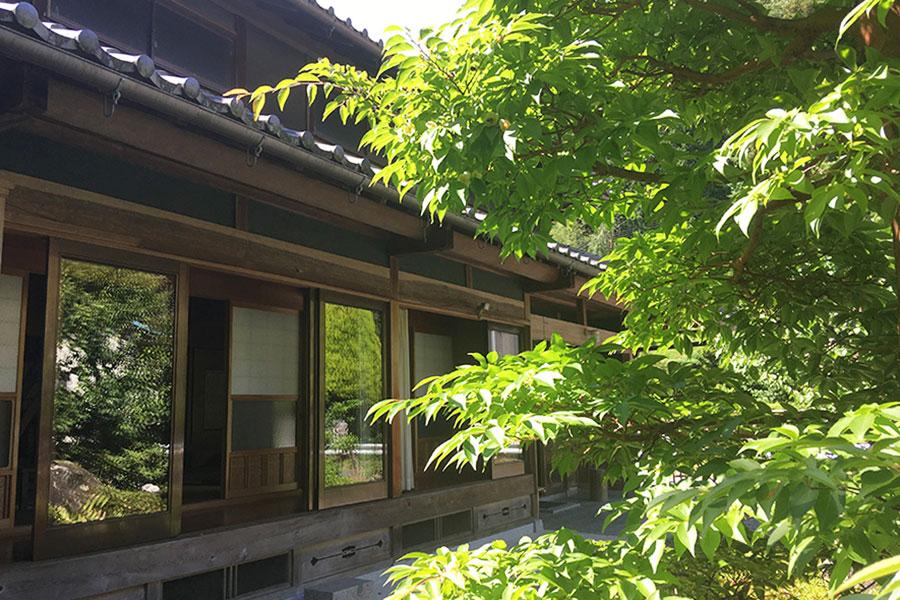 山添村で愛された明治創業の雑貨店「大三百貨」の跡地。カフェは日本家屋を利用し、通常は展示やイベント会場などとして利用されている