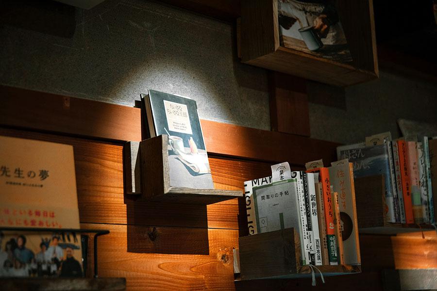 店内にはズラリと本画並び、感想などを共有する栞本プロジェクトもおこなっている