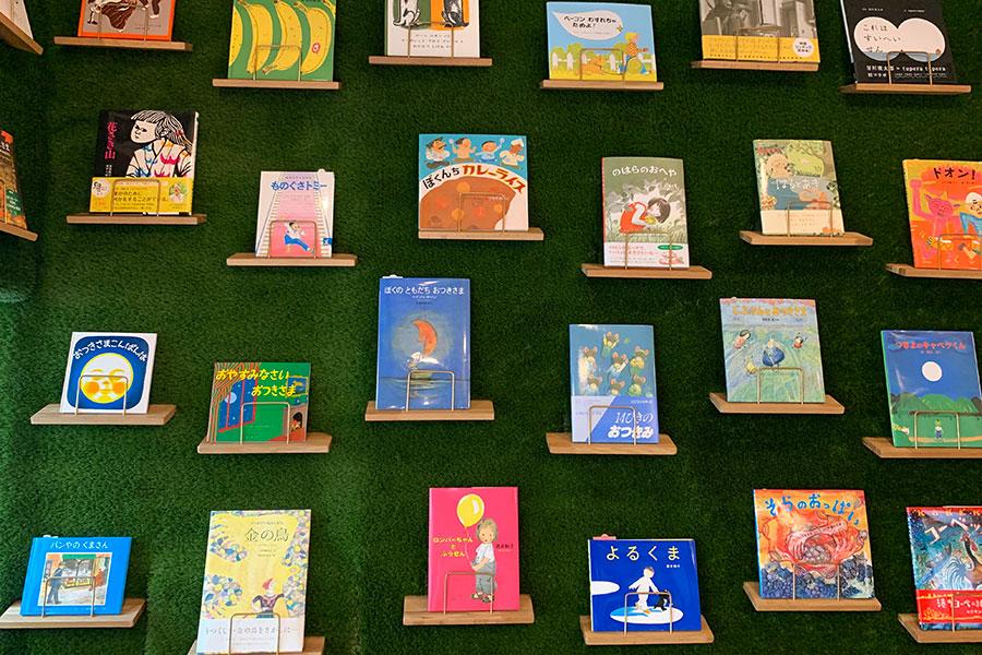 一番下段はその時のテーマによってセレクト。取材時は、兵庫県にゆかりのある作家さんや編集さんの絵本。下から2段目は季節に合わせた絵本を展示