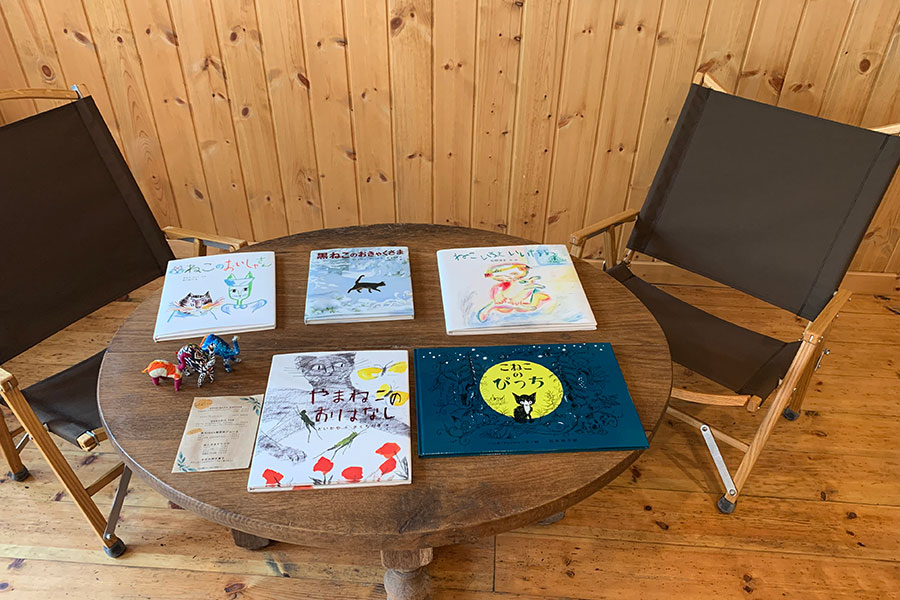 カフェのテーブルの上にも絵本が並ぶ。取材時は「ねこ」をテーマにセレクト