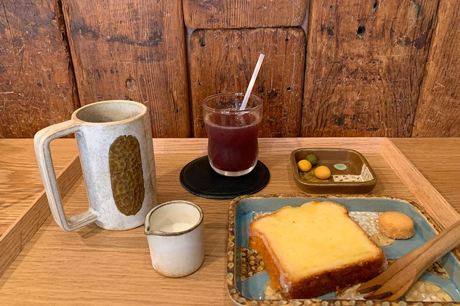 フェアトレードの豆を使ったえほんのトコロオリジナルブレンドコーヒー380円、国産小麦や国産レモンを使ったレモンのパウンド250円、おこさまドリンク(ぶどっぷる)150円
