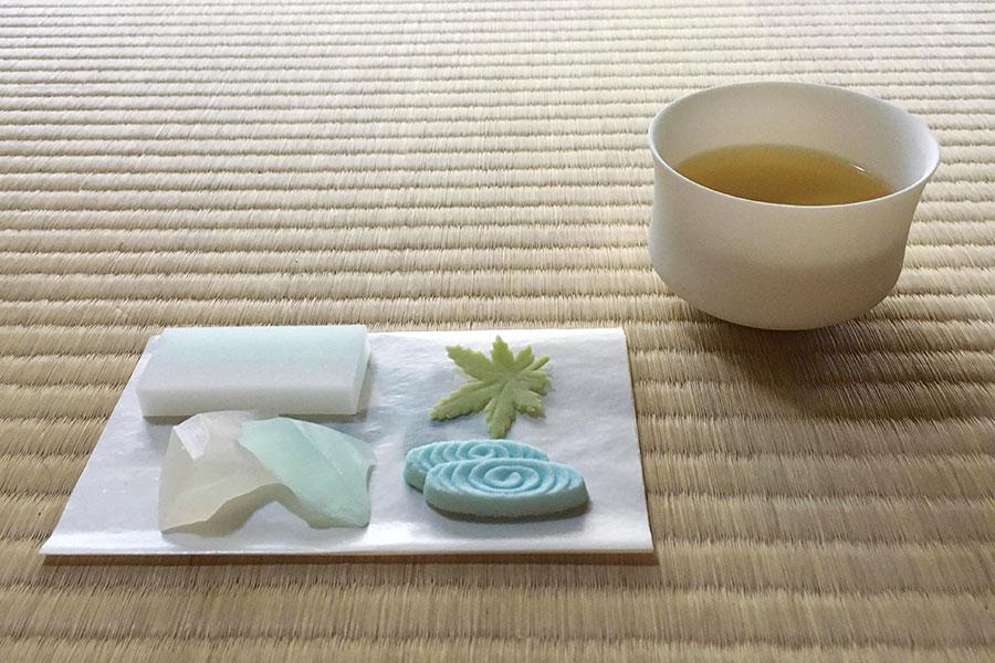 今回のためのオリジナル干菓子「観世音」と、お茶を同じタイミングで味わう