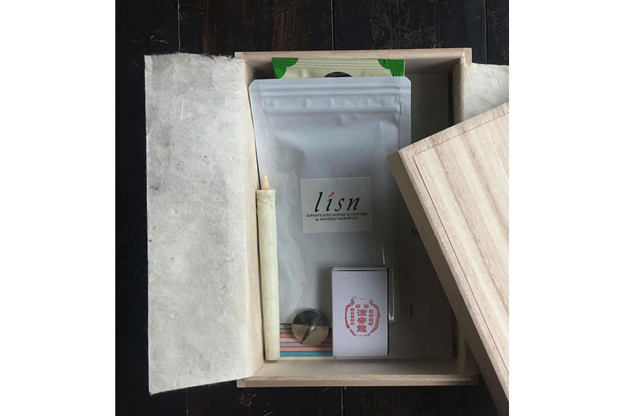 宝泉の干菓子「観世音」、通圓の抹茶「くれぐれの昔」(5g包)と有機煎茶1包、リスンインセンス5本、大與の和蝋燭1本+ミニ燭台、パンフレットがセットになった「オンライン茶箱」が送られる