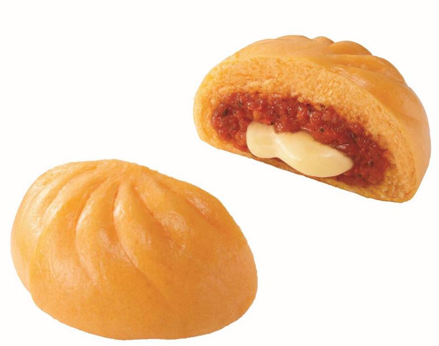 イタリア産のトマトピューレを使用した濃厚なトマトソース入り「とろ~りチーズのピザまん」。130円が100円に(〜8/22)