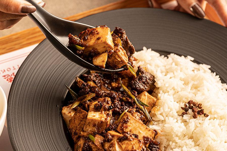 普段は豚ミンチである麻婆豆腐を、牛タンと牛ミンチにアレンジしたという