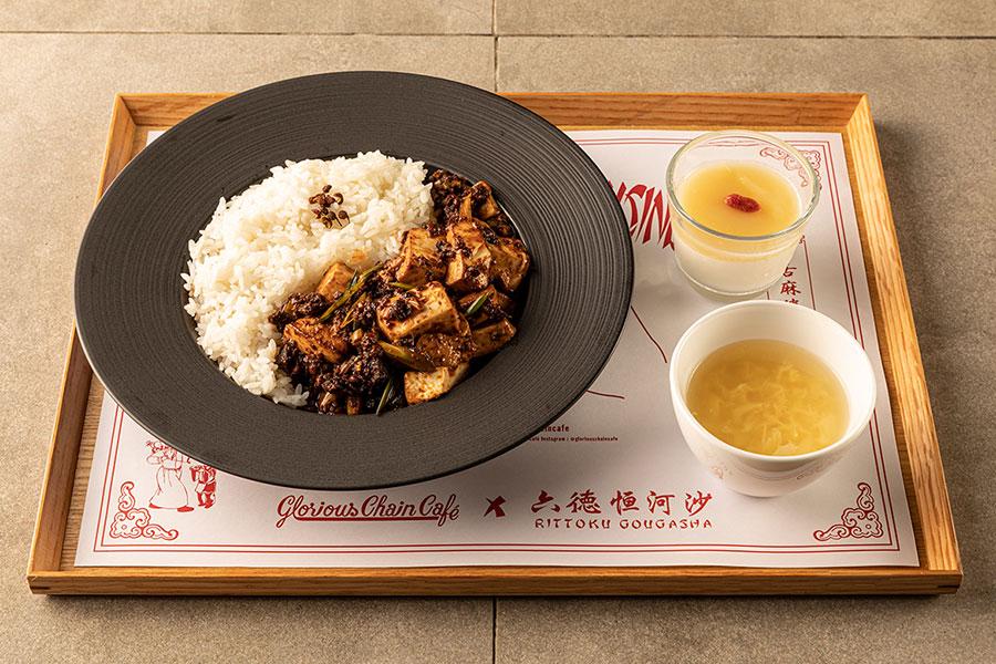 「牛舌麻婆豆腐」はライス、たまごスープ、杏仁豆腐のブランマンジェ〜桃のピューレ〜もセットに