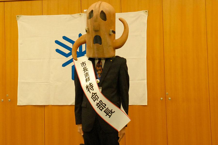 宴会部長のよう…と、タスキをかけるハニワ特命部長(8月26日・堺市内)