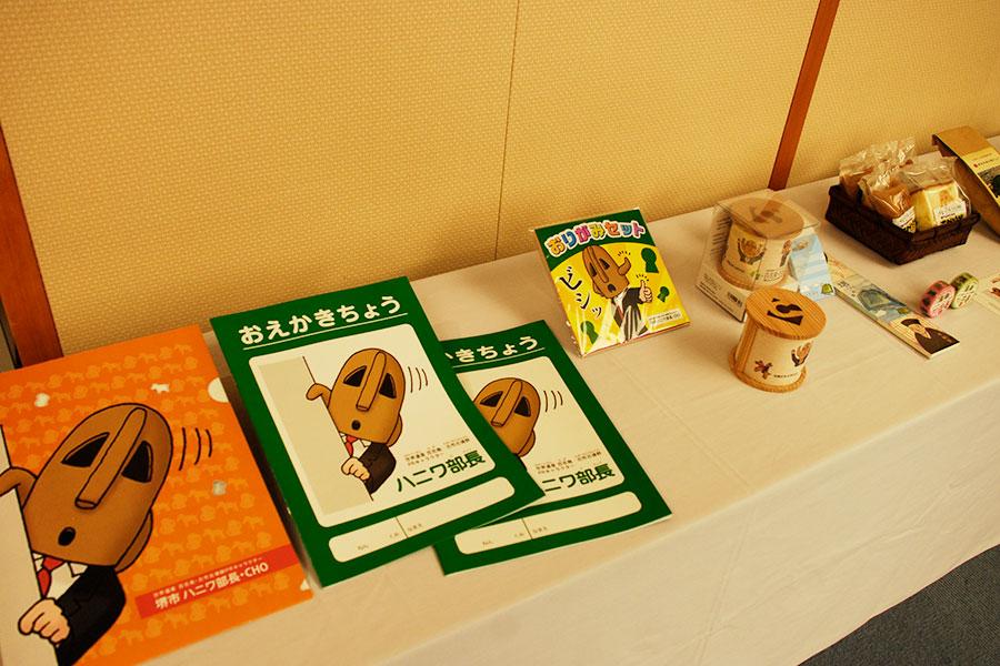 おえかきちょう、おりがみセット、ハニワ部長の菓子などの24種類が堺市内で購入できる