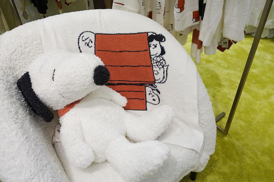 1階の「ジェラート ピケ」で、大きなスヌーピーのぬいぐるみ9460円