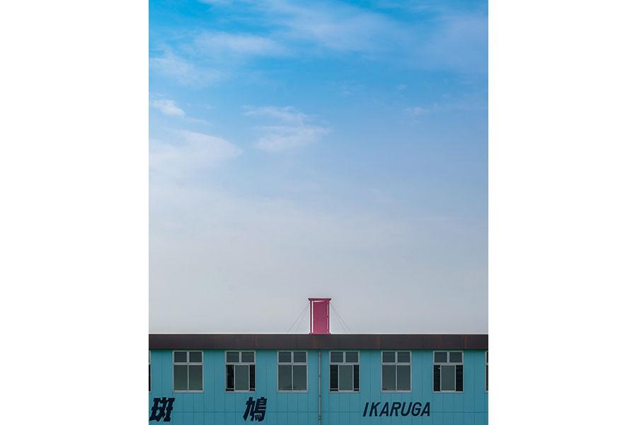 青い空と会社、ピンク色のドアの美しいコントラスト(写真:@Hisa0808さん)