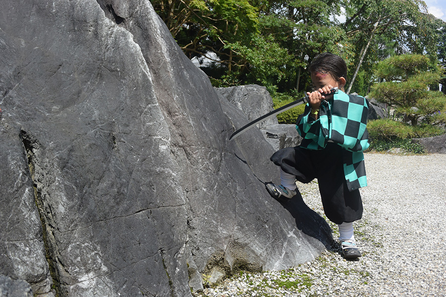 可愛い2歳の炭治郎が「當麻寺」奥院で名シーンを再現(写真提供:銀とき子)