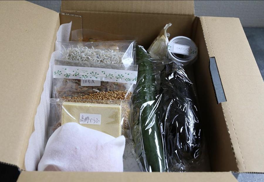 食材や惣菜が入った調理キットの一例。真空パックなどで発送
