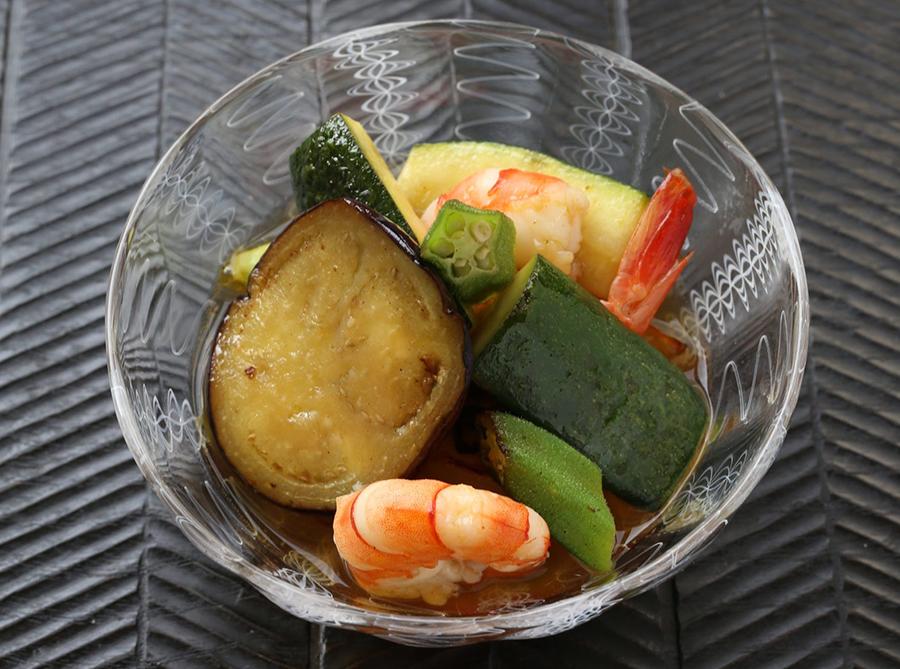 「夏野菜のだしマリネ」は、エビ、ナス、ズッキーニなど夏の食材をたっぷりのダシに浸す