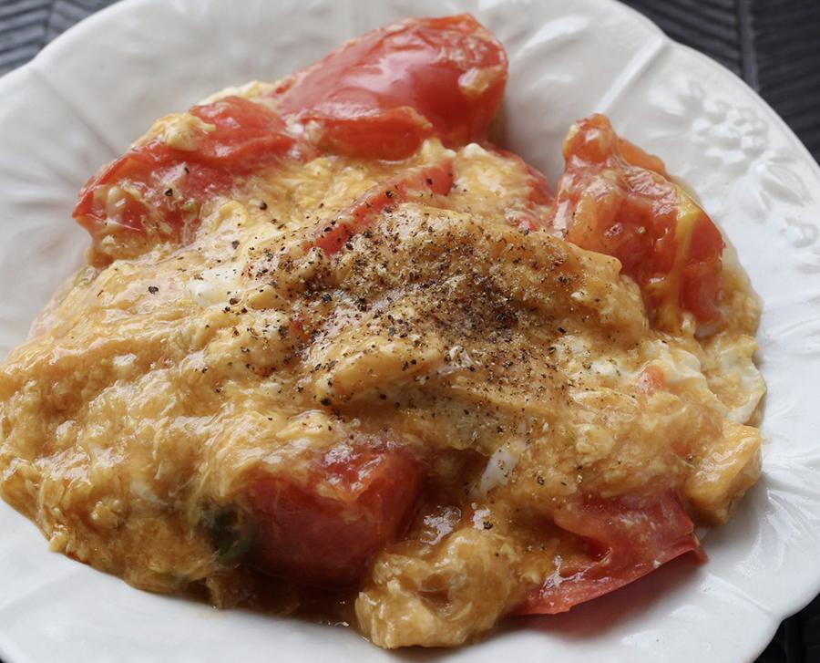 炒め物感覚で作る「トマトとチーズのあんかけ卵とじ」。完熟トマトを1個使ってボリュームたっぷり