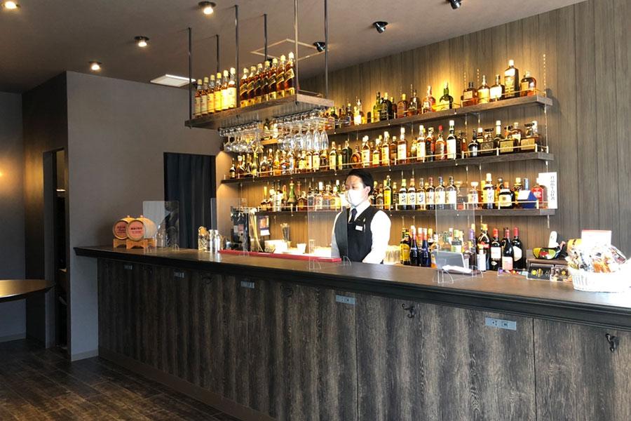 希少なウイスキーやブランデー、スコッチがずらりと並ぶカウンター