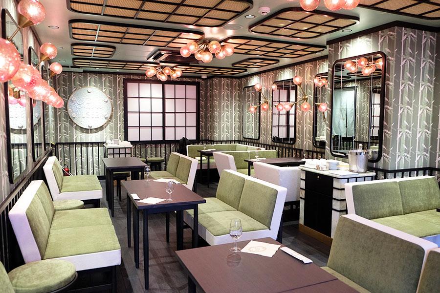 2階のサロン・ド・テ。壁の竹林をデザインしたテキスタイルはラデュレのデザイナーがデザインしたオリジナル