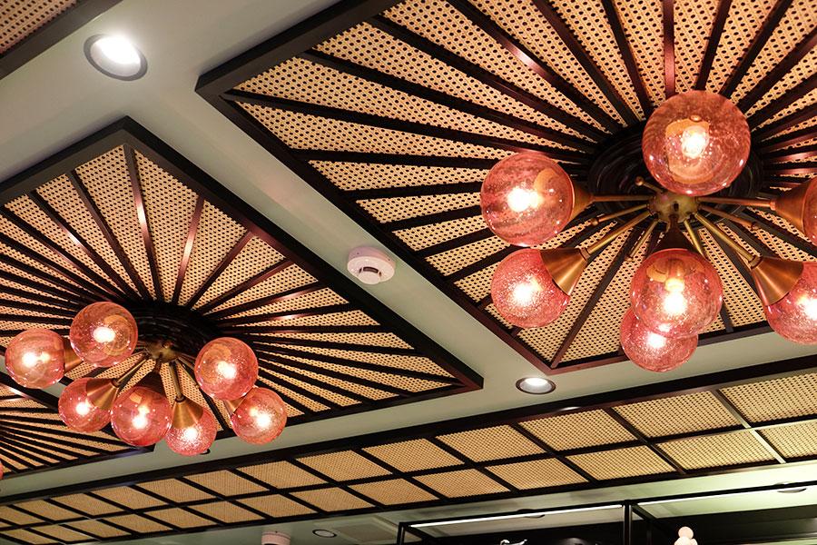 昔の日本建築にみられる障子や襖、畳をイメージした直線的なデザインも特徴的