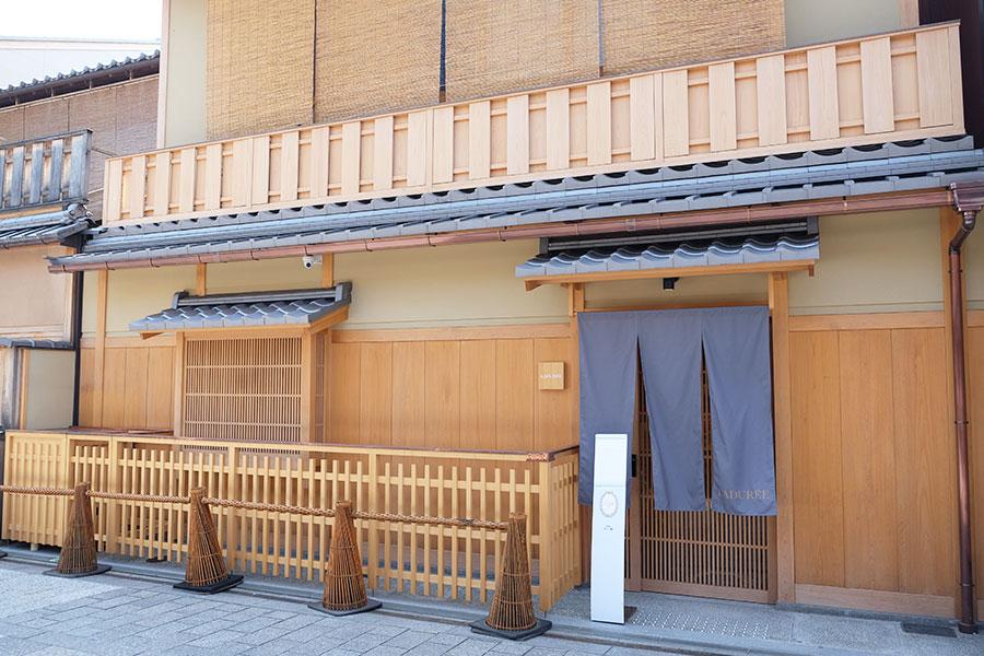 一見するとラデュレとは分からない京都らしい店構え
