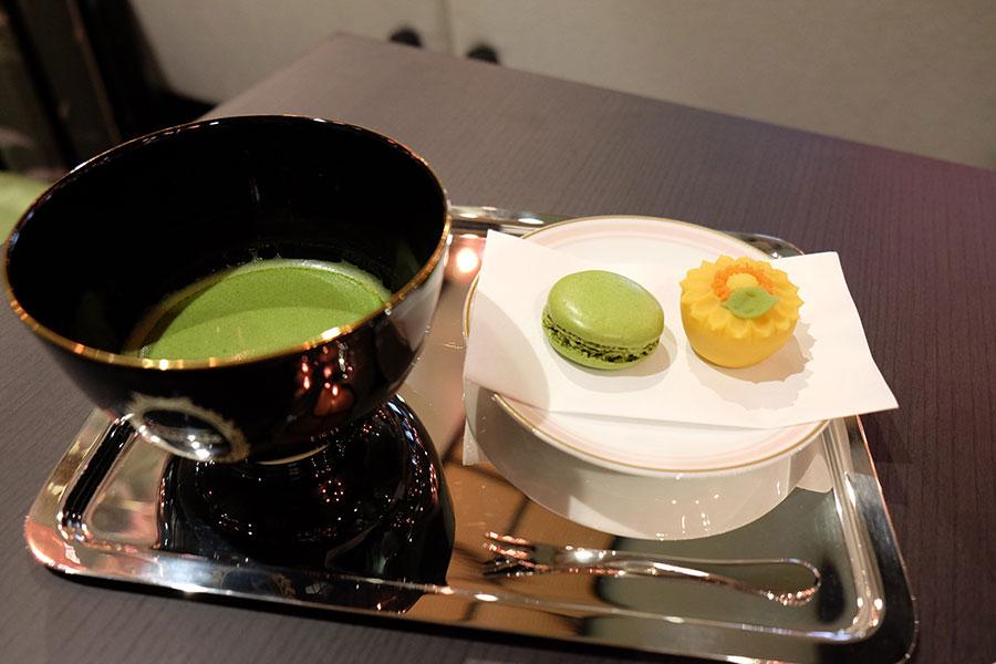 和菓子は「和菓子とマカロン、抹茶のセット」(2,300円)のみで提供。季節ごとに2種類登場