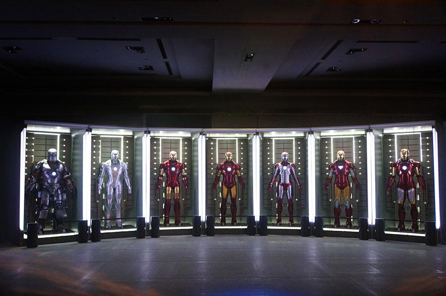 『アイアンマン』トニー・スタークのラボに格納されたアーマー群 © 2020 MARVEL
