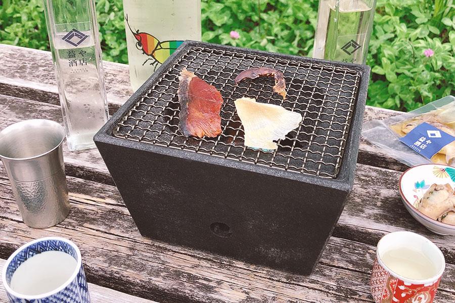 石乃炙り鉢(9500円〜)で炙りながら、日本酒をチビチビ。秋空の下、こんなアウトドア飲みも