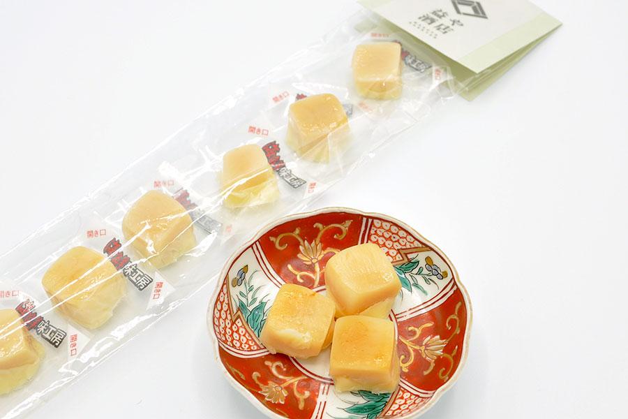 北海道から取り寄せた、ひとつぶシリーズ。ローストした紫イカと甘めのチーズによる焼きいかチーズ500円