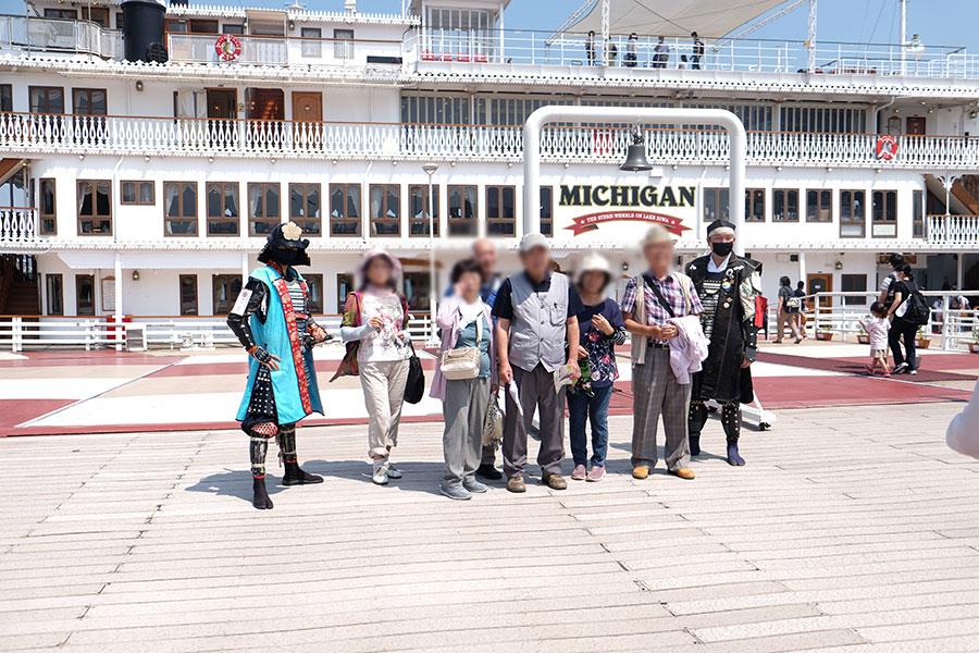 乗船前の写真撮影に応じる滋賀県公式おもてなし武将隊「信長隊安土衆」