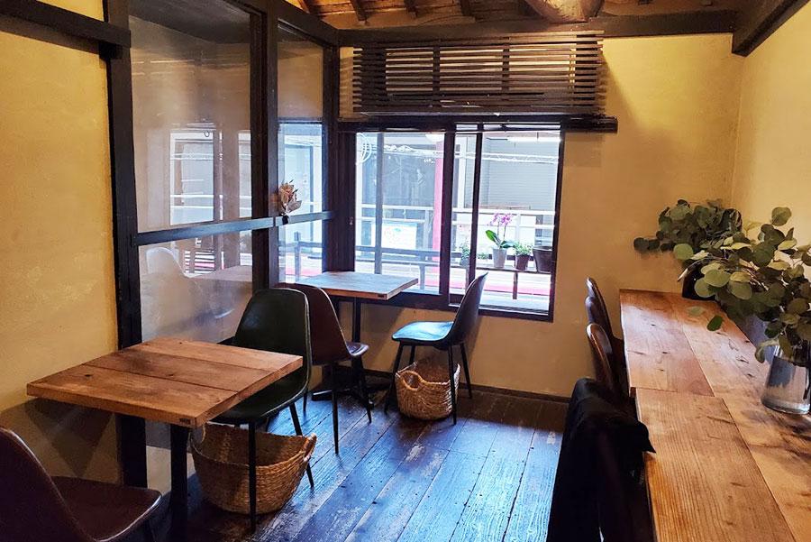 中崎町に移転して、若いお客さんも随分増えたそう。客席は10席