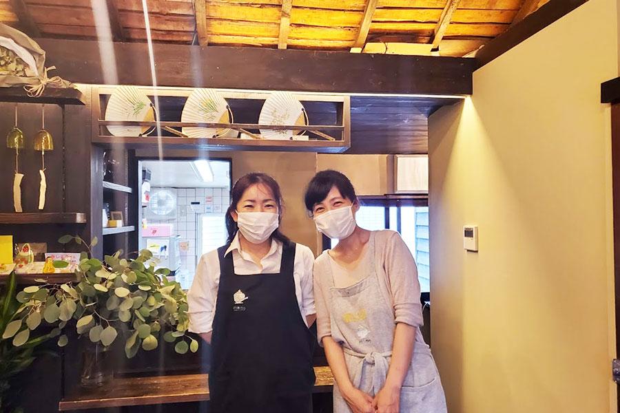 店主の森分友美さんがかき氷を削るのに集中できるよう、スタッフのミキ(右)さんが支える