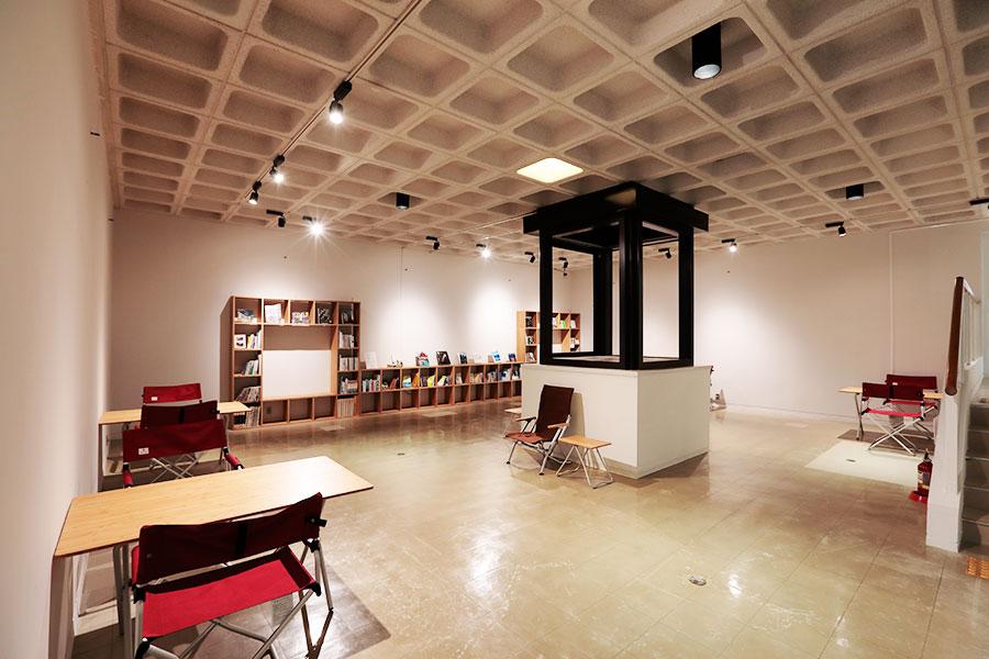 館内の椅子やテーブルはすべてSnow Peakのもので統一されている、勉強での利用も可能