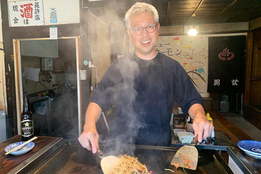 前田隆汎さんは無類の酒場好き。自身で酒場「にこみ鈴や」を営んでいる。京都の食いしん坊としてお馴染みで、旨いもんづくしなインスタグラム(bellrinpikk)はフォロワー6000人超えの人気ぶり