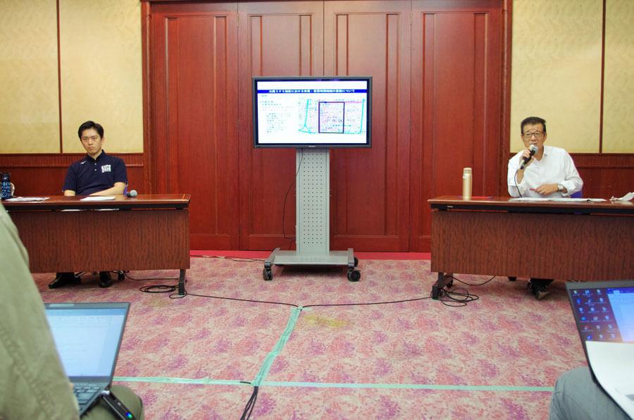 合同で会見を開いた吉村洋文知事(左)と松井一郎市長(8月4日・大阪市)