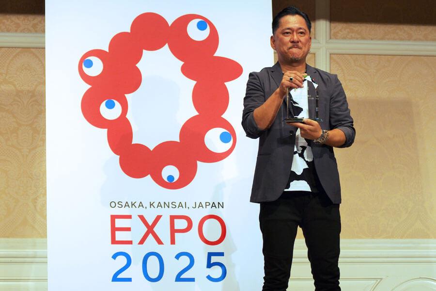 「こいつがいろんな形になって、いろんなとこに定着していけばすごい面白い」と、2025年日本万博博覧会ロゴマーク最優秀作品に選ばれたチームイナリの代表者・シマダタモツさん(2020年8月25日・大阪市)