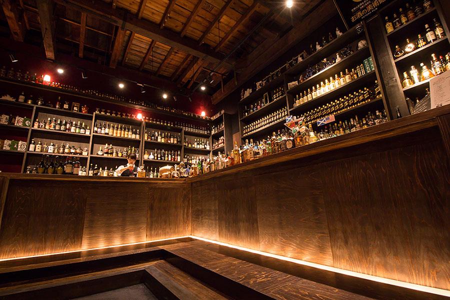 ずらりとウイスキーなどが並ぶ「お酒の美術館」写真は三条烏丸本店