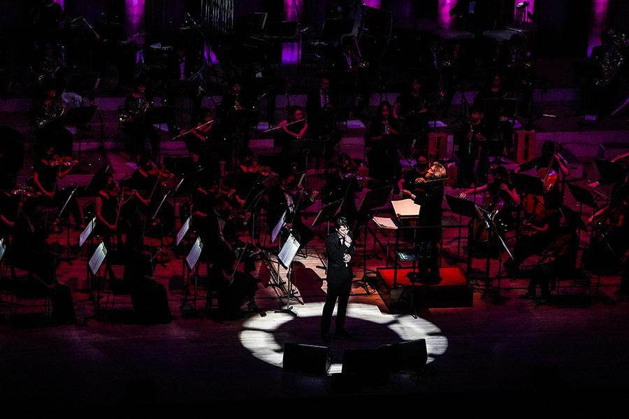 世界的指揮者、栗田博文率いるビルボードクラシックスオーケストラとともに披露する尾崎裕哉(15日・兵庫県西宮市)写真/渡邊一生