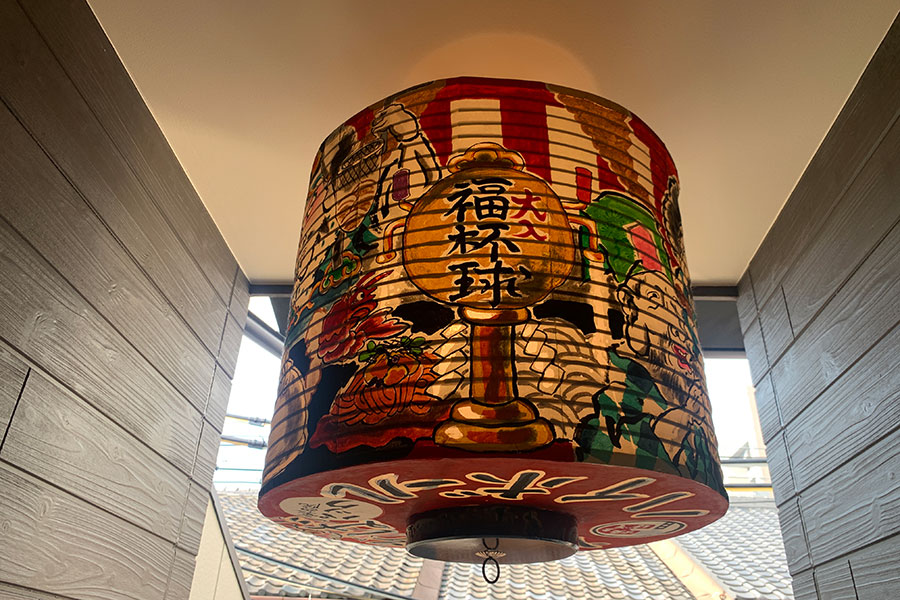 京都の絵描きユニット「だるま商店」の提灯が目印