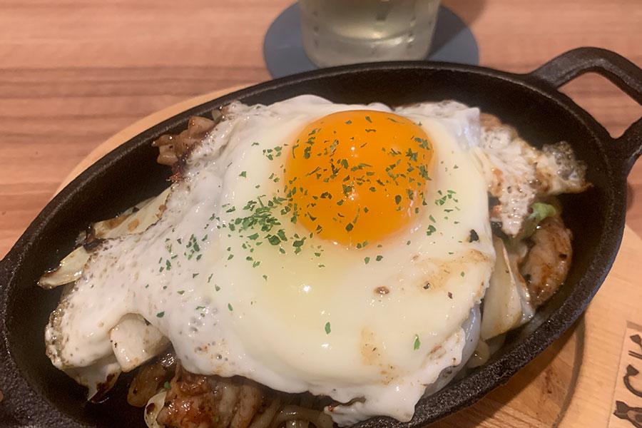 ソースは、京都の地ソース「ツバメ食品」のウスターソースをベースに7種類の調味料を独自でブレンド。中太麺を使った「定番のソース焼きそば」ハーフ500円、目玉焼きトッピング150円