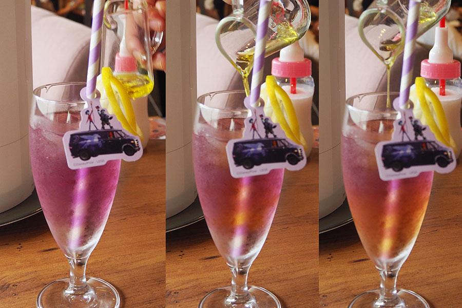 映画『2分の1の魔法』をイメージした「ピンクの夕焼けブルーマロウティ」(1090円)は色別添えのシロップを注ぐと色が変化する
