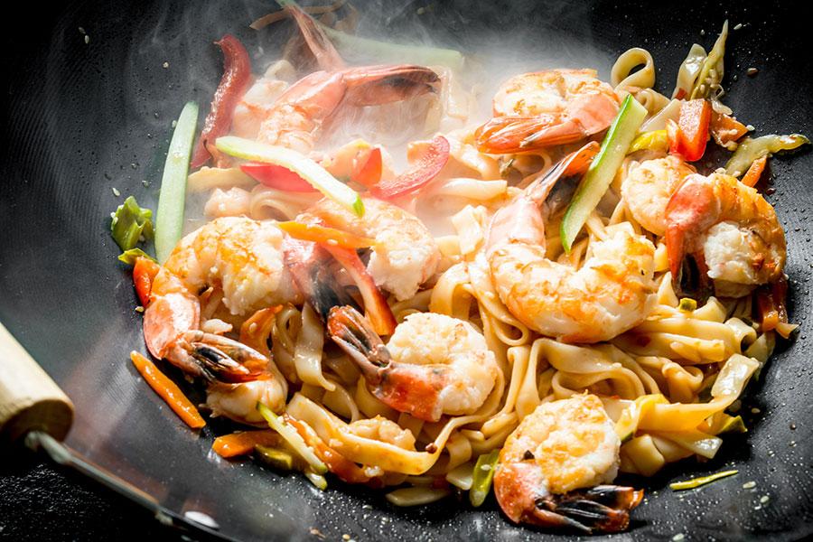 アジアンスパイスが香る麺料理が勢揃い。写真は「もちもち生麺パッタイ」(850円)