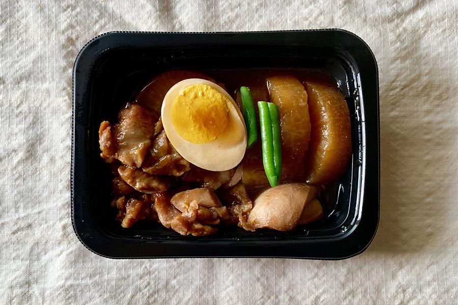 惣菜の「味しみ鶏大根」はこんなに盛りだくさんな感じです
